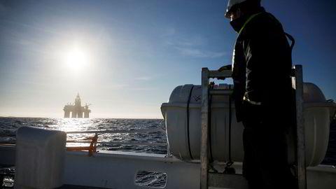 Bekymring for en oppbremsing i verdensøkonomien bidrar til å senke oljeprisen. Her riggen «Songa Encourage» på vei inn til oljebasen på Mongstad i 2016.