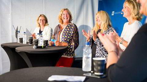 Berit Svendsen (nummer to fra venstre) får applaus av Hilde C. Bjørnland (f.v.), Toril Nag og Irene Rummelhoff under en debatt om kvinner i ledelse.
