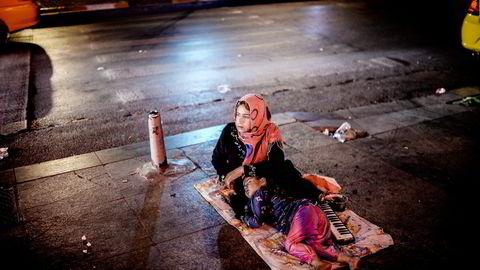 Syriske flyktninger strømmer til Tyrkia, slik som denne kvinnen som sitter i Taksim Square i Istanbul mens barnet hennes sover. Frp ønsker å innføre nye kriterier for utvelgelse av kvoteflyktninger. Foto: Bulent Kilic, AFP/NTB Scanpix