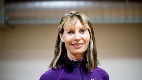 Rektor Kari Bø ved Norges Idrettshøyskole (NIH) ber gravide sjekke om magemusklene har sklidd fra hverandre før de gjør styrkeøvelser for magen. Foto: Mikaela Berg