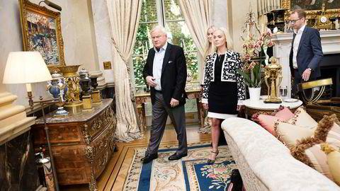 John Fredriksen, her med døtrene Kathrine (foran) og Cecilie, tjener milliarder på salget av lakseaksjene i Marine Harvest. Til høyre, Fredriksens nære medarbeider Harald Thorstein. Foto: Elin Høyland