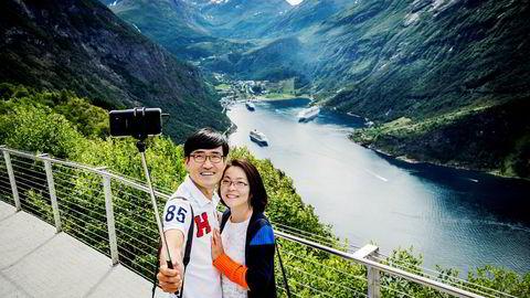 360.000 cruiseturister vil besøke Geiranger i år. Det er rekord. Her er Sør-Koreanske Hyoungsoo Lee (46) og Jibin Kang (45) på besøk.