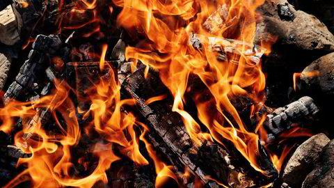 I ilden. Glør, flammer og røyk gir maten en magisk smak som ikke kan kjøpes for penger.