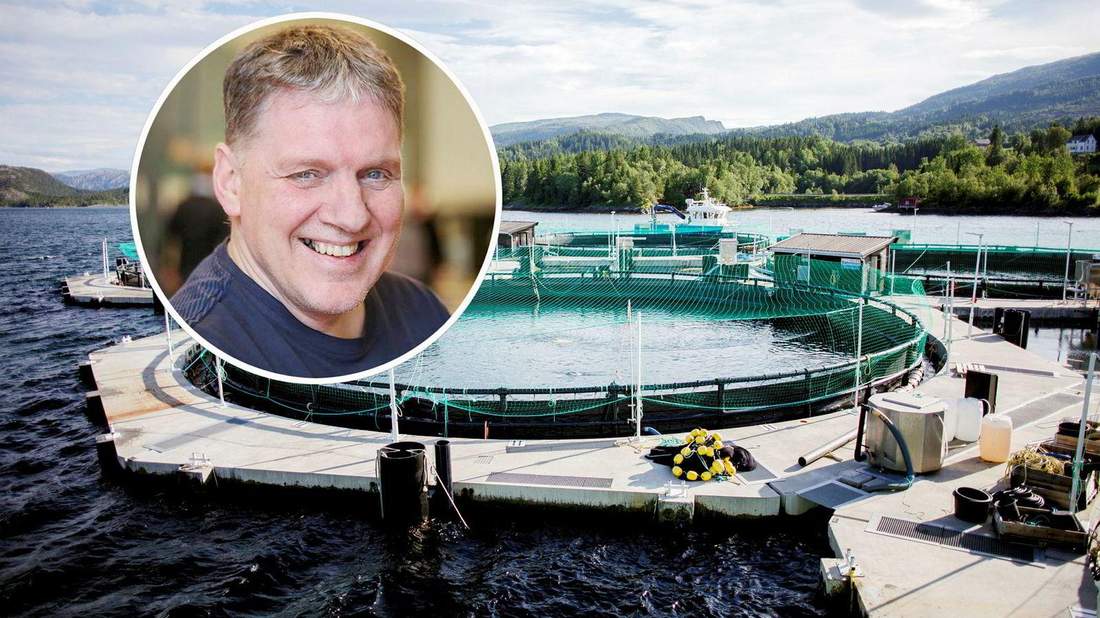 Geir Adelsten Iversen (Sp, innfelt). I bakgrunnen et lukket oppdrettsanlegg.