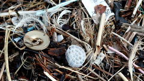 Kysten i Norge oversvømmes av plast, mikroplast og skrot.