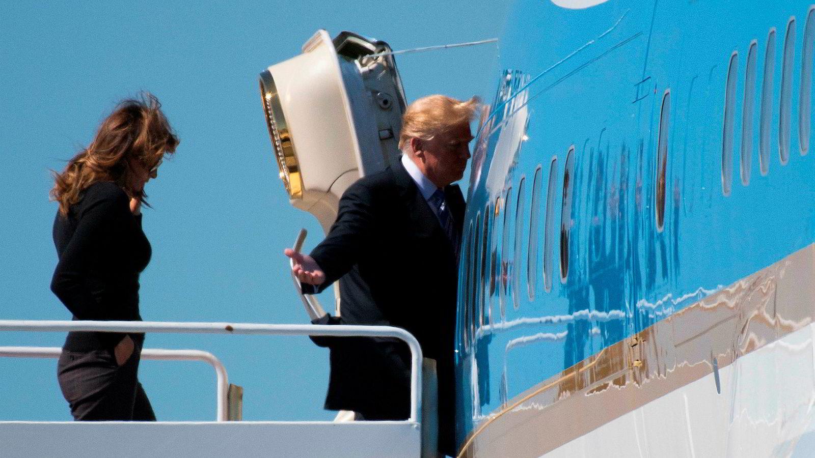 Donald Trump har vært i vinden denne uken med usedvanlig mye raseri og kaos. Her på vei tilbake til Washington med Air Force One fra Palm Beach, Florida lørdag, sammen med førstedamen Melania Trump.