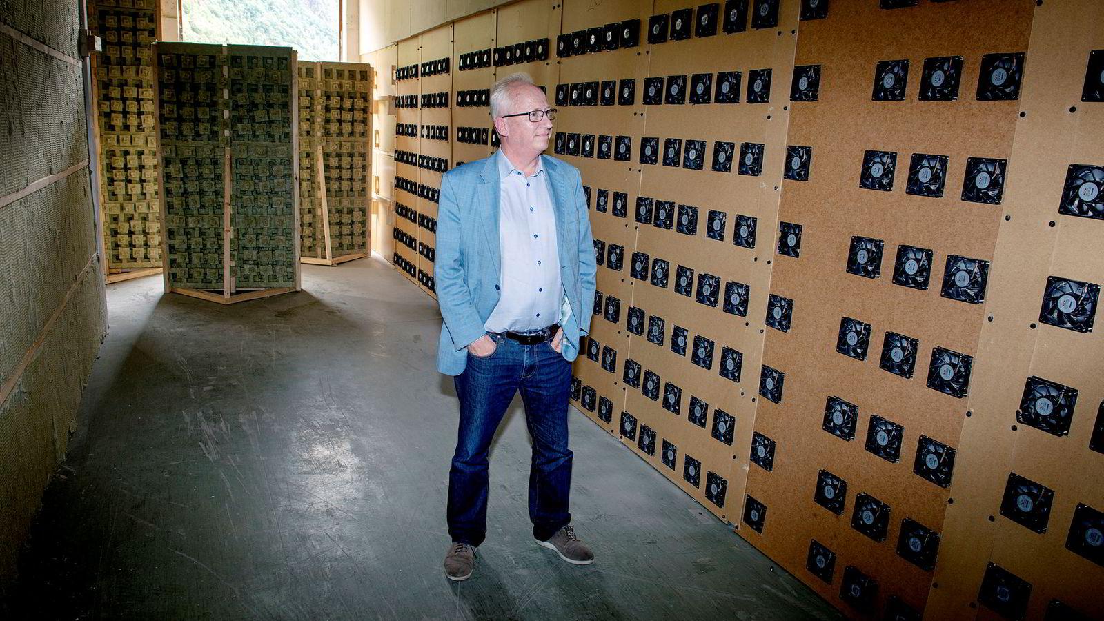 Gjermund Hagesæter mener LO går til angrep på all kraftkrevende industri. Her inne i lokalene til Kryptovault.