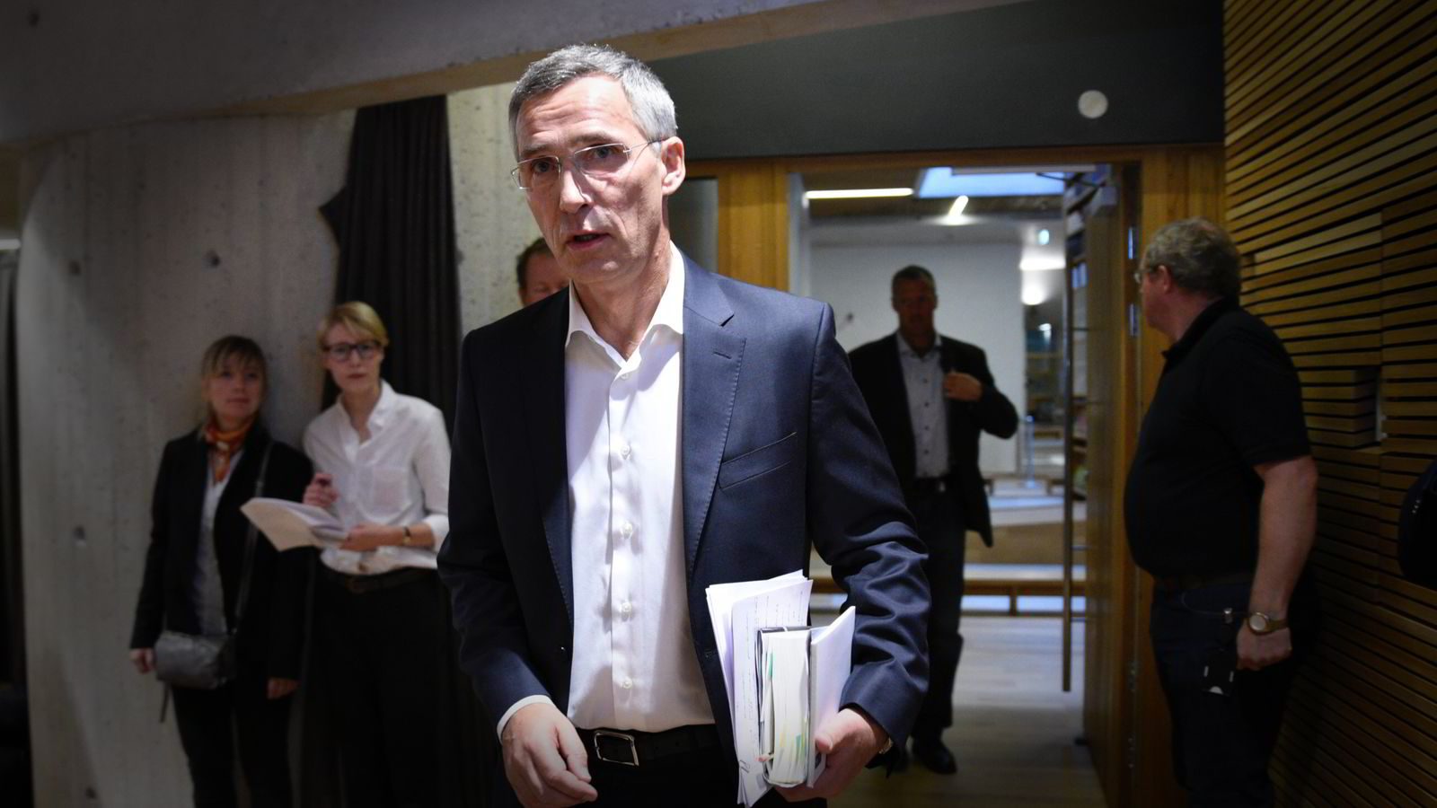 Nato-sjef Jens Stoltenberg ankom pressekonferansen for selvbiografien Min historie i Gyldendal Norsk Forlag lørdag formiddag.