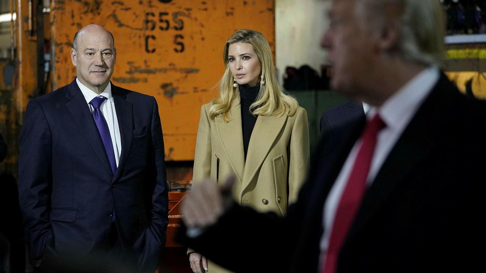 Gary Cohn nådde ikke gjennom til president Donald Trump, noe han tok konsekvensen av og sa opp jobben. I midten presidentens datter Ivanka Trump.