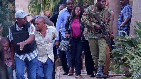 Folk evakueres fra hotellet og kontorbygningen i Nairobi som ble utsatt for et terrorangrep tirsdag.