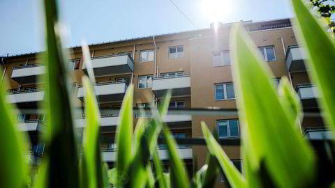 En høy nok boligskatt vil sikkert få boligprisene til å falle, men det er tvilsomt at dette vil hjelpe store grupper med å komme seg inn i markedet, skriver artikkelforfatteren.