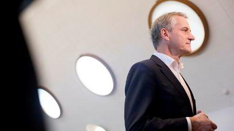 Aps Jonas Gahr Støre har lagt frem forslag som skal gi færre bølgetopper og -daler i pensjonistenes inntektsutvikling.