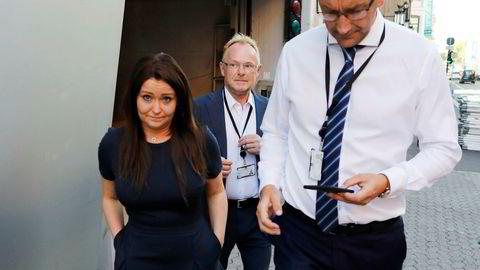 Per Sandberg tar seg en røykepause med statssekretærene Roy Angelvik og Veronica Isabel Pedersen. De to  statssekretærene har nylig blitt bekreftet som et par.