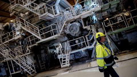Men de to norske fabrikkene, Saugbrugs i Halden og Skogn i Nord-Trøndelag, går begge med overskudd. Økonomisk logikk tilsier da at driften vil videreføres, skriver DN Leder. Her fra Norske Skog Saugbruks i Halden.