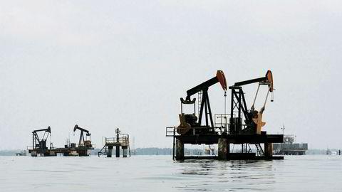 Oljeproduksjonen i Venezuela har falt med 430.000 fat de siste to årene. Landet har ikke produsert mindre olje siden 1990, ser man bort ifra streiken i to måneder ved årsskiftet til 2003. Her er oljepumper fra Lake Maracaibo i Venezuela.