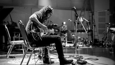 Hyggelig og arbeidssom. Hva har egentlig Dave Grohl gjort galt, bortsett fra å være vellykket og hyggelig? I sin nye dokumentarfilm fremhever han gleden over bare å sitte og spille.
