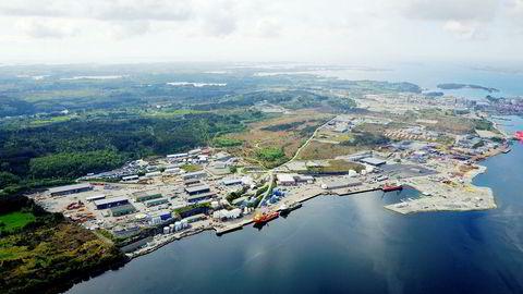 På forsyningsbasen Mongstad nord for Bergen (bildet) kan konsekvensene bli store dersom LO-medlemmer tas ut i streik.