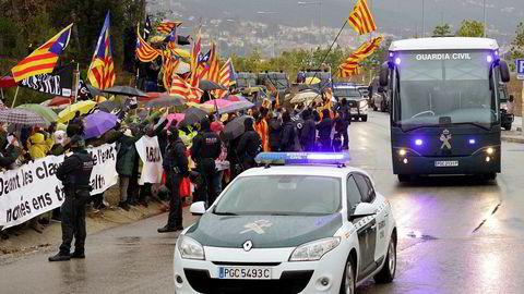 Demonstranter møtte opp da de katalanske uavhengighetslederne ble fraktet med buss fra fengselet Brians II i Barcelona fredag, til Madrid der rettssakene starter 12. februar.