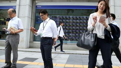 Spent stemning og alle utenfor dette meglerhuset i Tokyo følger nøye med på den siste utviklingen i handelskrigen. De asiatiske børsene steg kraftig natt til onsdag.