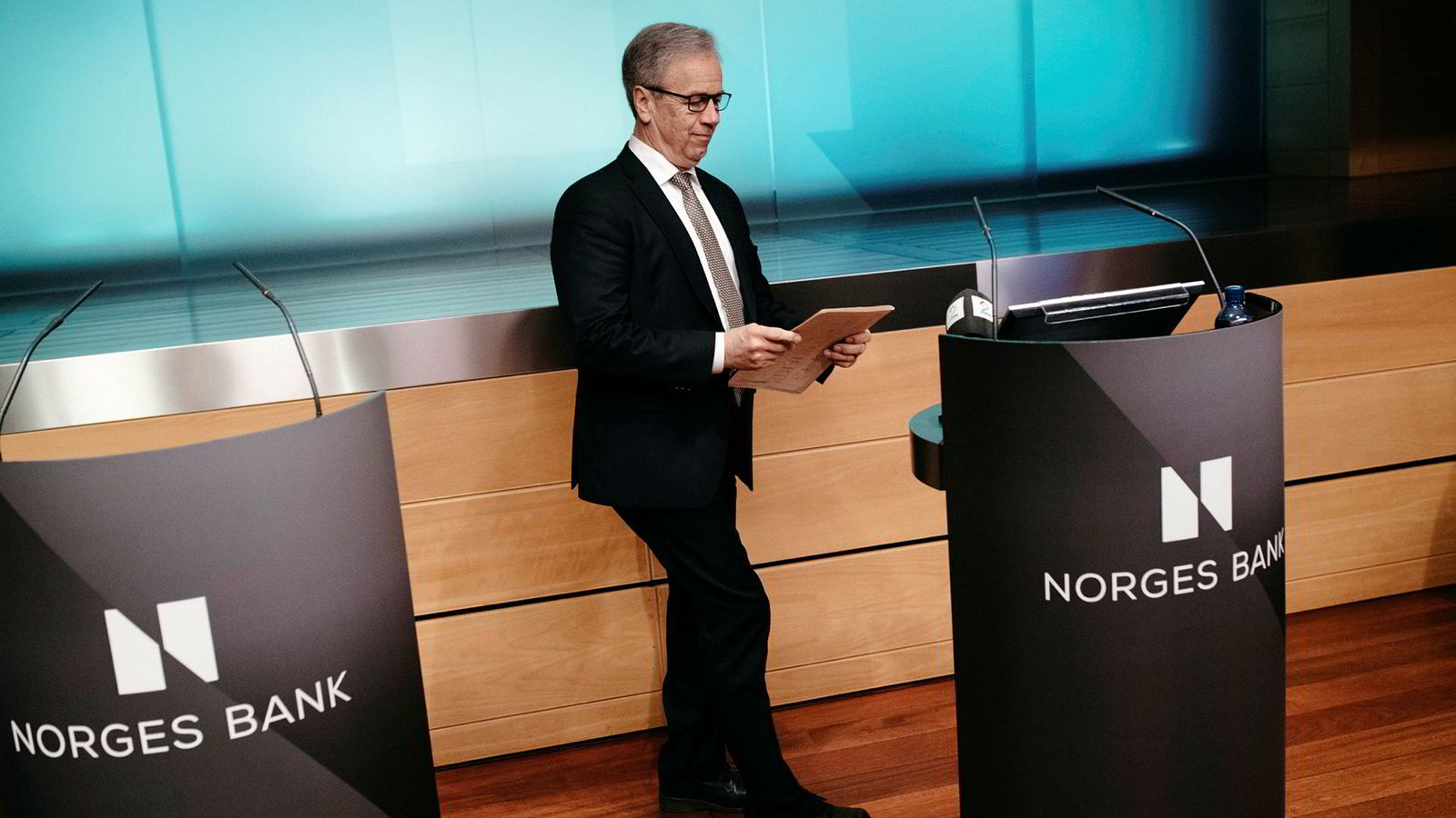 – Slik vi nå vurderer utsiktene og risikobildet, vil styringsrenten mest sannsynlig bli satt videre opp i løpet av det neste halve året, sier sentralbanksjef Øystein Olsen.