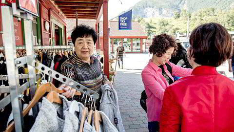 I juni gikk antall asiatiske gjestedøgn i Norge tydelig ned. Kinesiske gjestedøgn gikk ned 15 prosent. Her ser en gruppe asiatiske turister på klær i butikken Mall of Norway i Flåm.