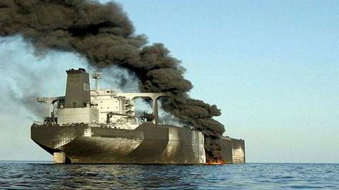 John Fredriksen supertanker «Front Altair» sto i brann i Omanbukta. Den Iranske nyhetskanalen Al-alam TV postet dette bildet på Twitter.
