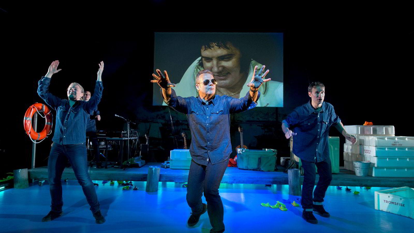 Skuespiller Ketil Høegh (i midten) spiller Kjell Inge Røkke med solbriller i teaterstykket «Blå åker» på Hedda-dagene i Oslo denne uken. Til venstre skuespiller Jørn Fuller-Gee og til høyre skuespiller Trude Øines. Her synger de «No Regulation» basert på en Elvis-klassiker.