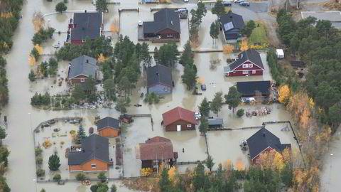 Den store vannføringen i Ottavassdraget satt alle fylkesveier i Skjåk under vann søndag.