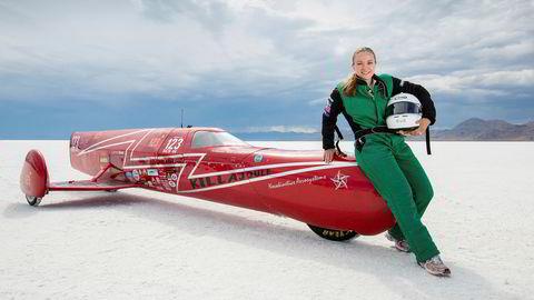 Selvbygd el-rakett. Eva Håkansson og motorsykkelen «KillaJoule» på saltsjøen Bonneville i Utah