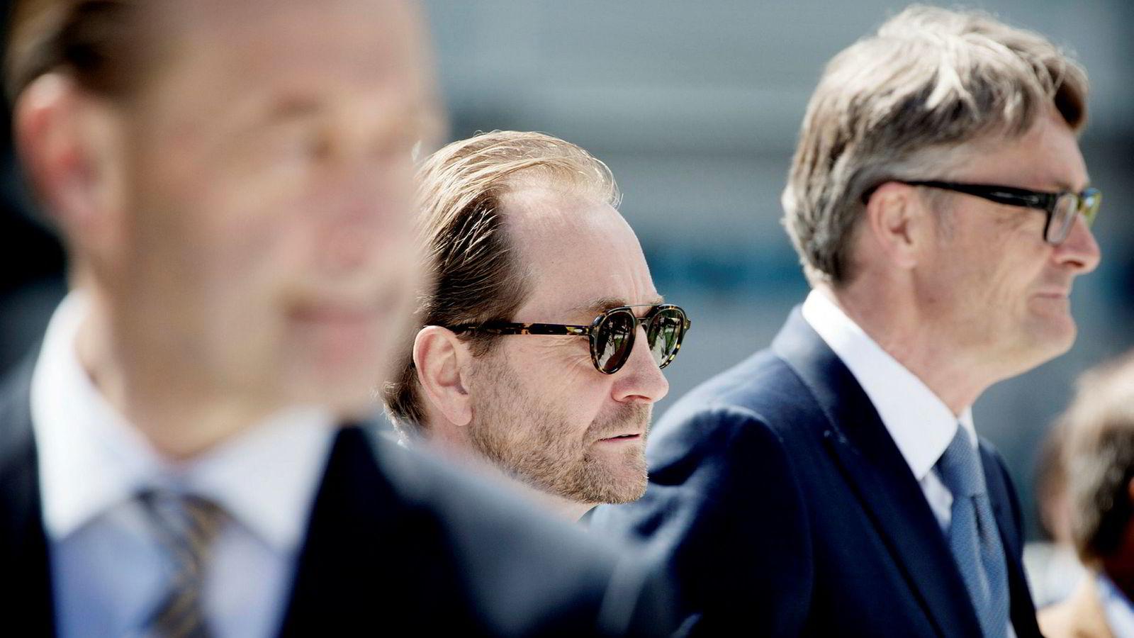 Aker-styreleder Kjell Inge Røkke og Aker-sjef Øyvind Eriksen (til høyre) mottok onsdag kveld olje-hedersprisen gullkronen fra Rystad Energy. Her fra en skulpturparkåpning i 2016. Foran til venstre er skyggen av Bjørn Rune Gjelsten, Røkkes tidligere forretningspartner.