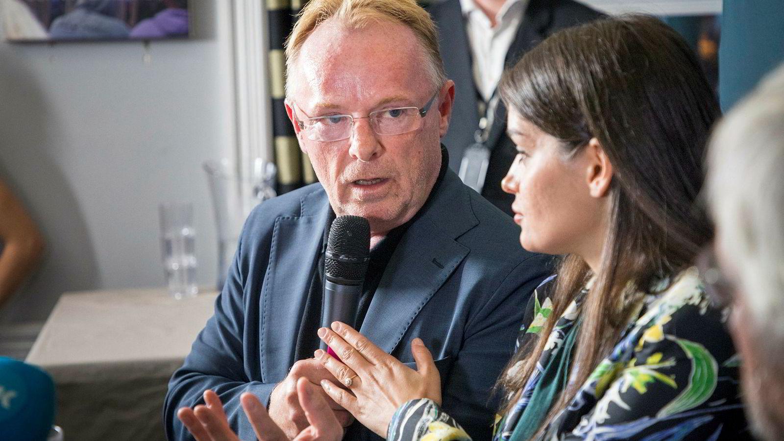 Per Sandberg og Bahareh Letnes fra deres felles pressekonferanse etter at Sandnes trakk seg som fiskeriminister.