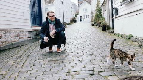 John Peter Hernes (H) mener det er for vanskelig for unge å komme seg inn på boligmarkedet. For å gjøre Stavanger lokkende for unge mennesker investerer Lykkeland-byen nå både i førstegangskjøpere og flere boliger. Her er Hernes fotografert i Gamle Stavanger.