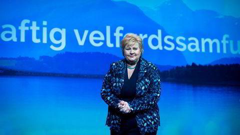 Statsminister Erna Solberg åpner for at Babcock kan starte med ambulanseflyvningene tidligere enn avtalt. Her er hun på scenen under Høyres landsmøte tidligere i vår.