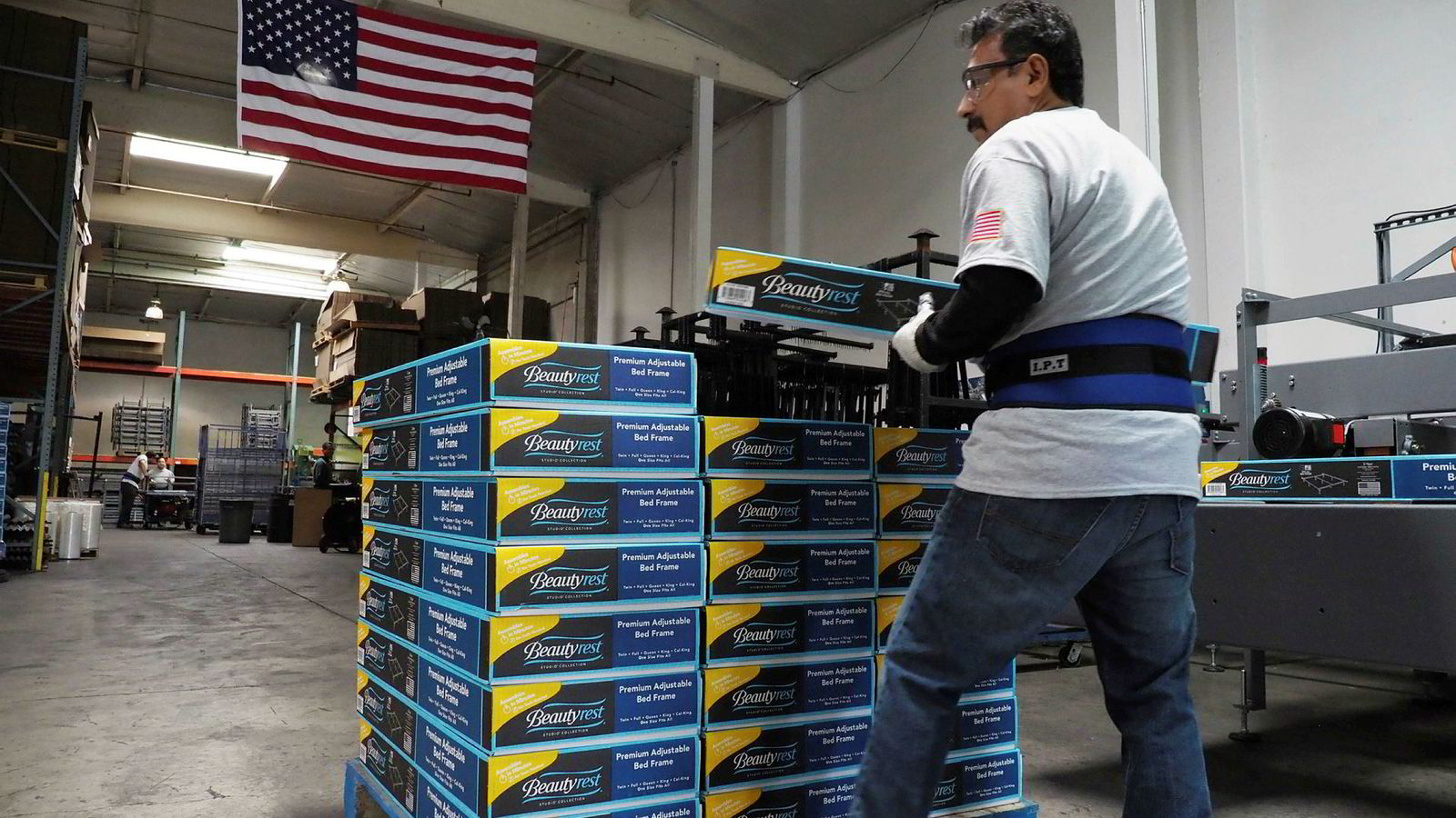 Ferske nøkkeltall viser at amerikansk industri sliter. Spørsmålet er om tjenestesektoren, som er åtte ganger større, kan holde aktiviteten og amerikansk forbruk oppe. Her fra en sengeprodusent i Commerce, California.
