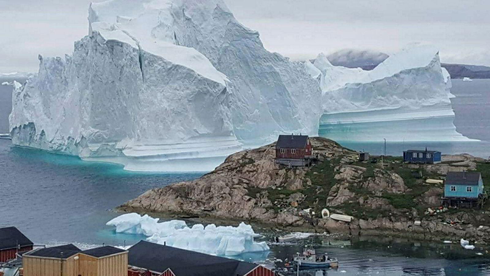 Issmeltingen fra Grønland fortsetter å øke kraftig, ifølge en ny studie. På bildet flyter et stort isfjell ved Innaarsuit i fjor sommer.