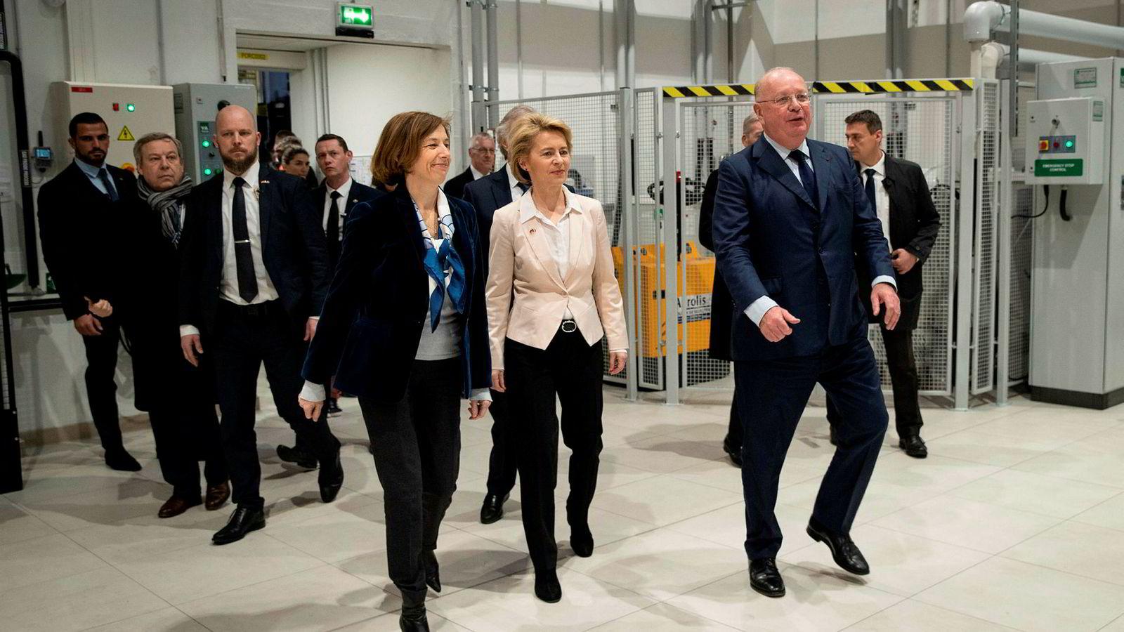 Frankrikes forsvarsminister Florence Parly (til venstre) og Tysklands forsvarsminister Ursula von der Leyen (i midten) får selskap av Spania. Til høyre toppsjefen i det franske teknologiselskapet Safran, Ross McInnes ved innvielsen av FCAS (Future Combat Air System).