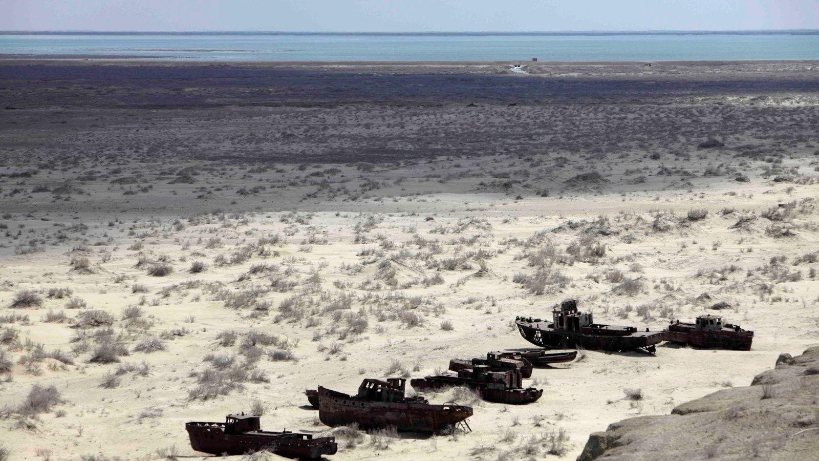 TØRKE: Arkivbilde fra 2010 som viser en skips-kirkegård på en inntørket del av  Aral-sjøen i Usbekistan. Foto: Alexander Zemlianichenko/AP Photo/NTB scanpix