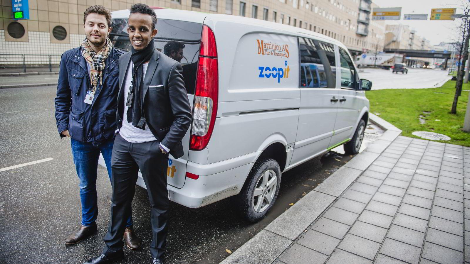 Gründerne bak budbiltjenesten Zoopit, Arne Kvale og Shafi Adan, her avbildet ved siden av en av budbilene som leverer pakker gjennom appen. Foto:Hampus Lundgren