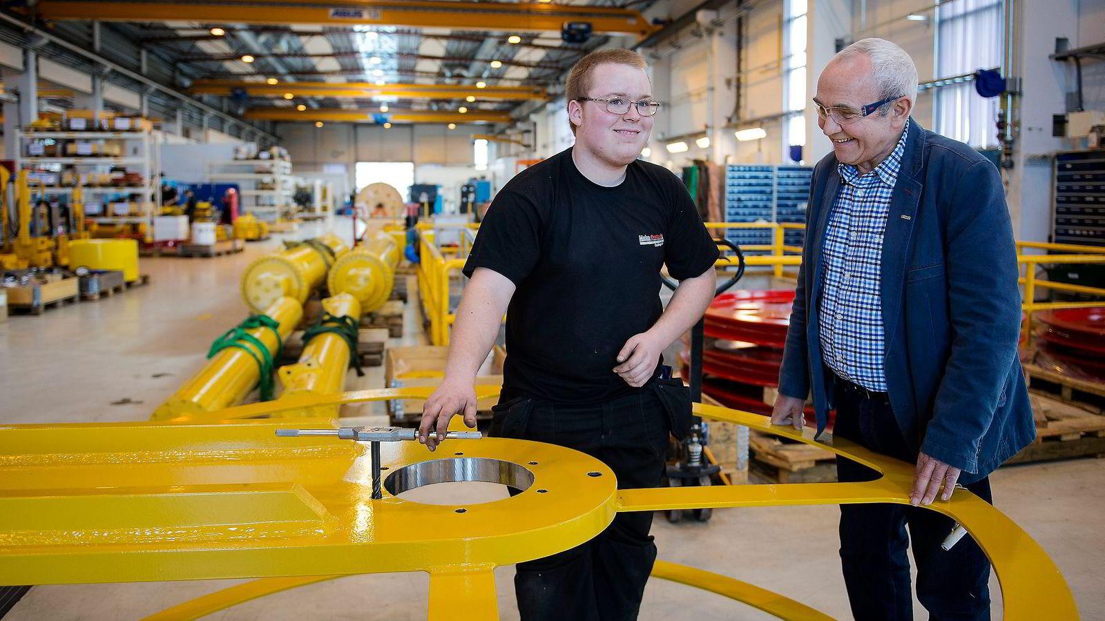 Malm Orstad-sjef Magne Orstad (til høyre) snakker med Gabriel Brunes Høyland (17) som er utplassert skoleelev fra Bryne vgs. og skal begynne i lære til høsten. Foto: Carina Johansen