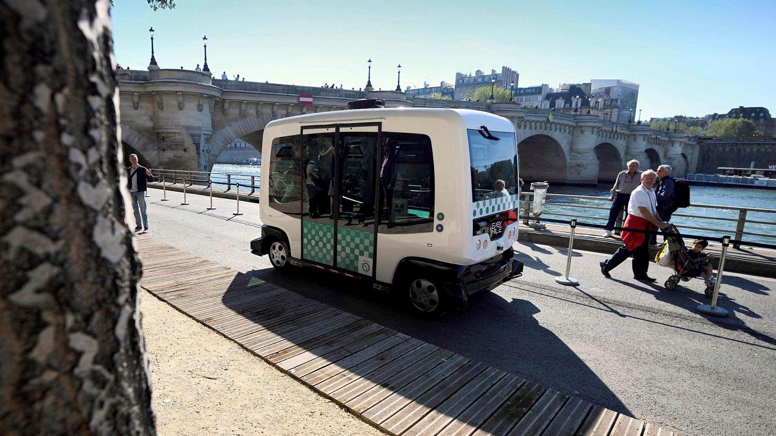 «Den mest interessante endringen er kanskje ikke egentlig en bil uten sjåfør, men at kombinasjonen av elektrifisering, selvkjøring og delingsøkonomi åpner for helt nye kategorier og måter å organisere transport på», skriver Ida Aalen. Bildet viser testing av en førerløs buss i Paris.