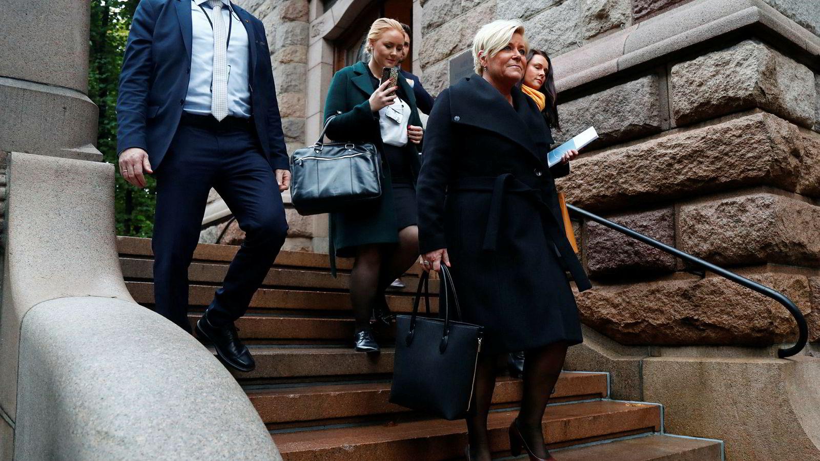 Oslo 20171012.Finansminister Siv Jensen (Frp) på vei fra Finansdepartementet til Stortinget for å legge frem regjeringens forslag til statsbudsjettet 2018.