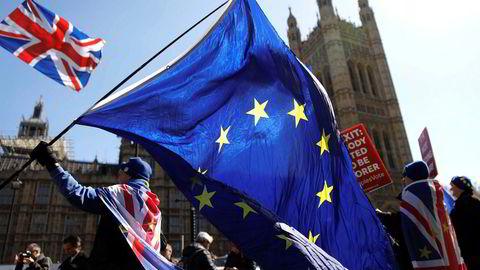 Brexit er en lærepenge. Den lærer oss hvordan det går når de sinte, frustrerte, marginaliserte, godt sponset av populistiske ledere, tyr til enkle løsninger. Vekkerklokken burde ringe. Her demonstranter foran parlamentet i London.