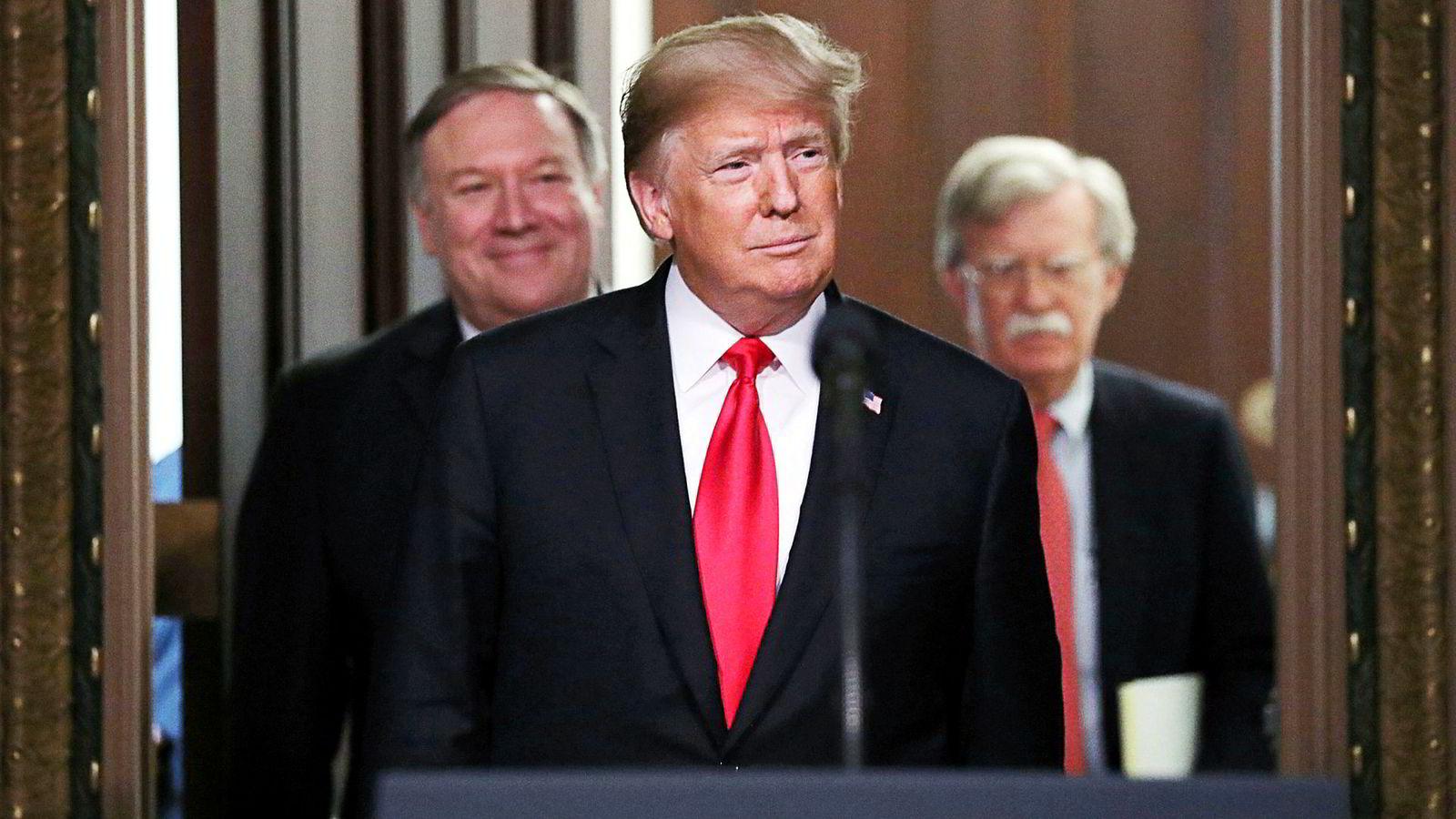 President Donald Trump, utenriksminister Mike Pompeo (til venstre) og nasjonal sikkerhetsrådgiver John Bolton (til høyre) kan måtte håndtere tre kriser om kjernefysiske våpen i løpet av året: en med Nord-Korea, en annen med Iran og en tredje med Russland.