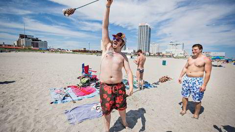 TAP. De tradisjonsrike kasinoene langs strandpromenaden i Atlantic City trekker ikke lenger folk. Omsetningen er nesten halvert på under ti år. – Vi er her for å ligge på stranden, sier guttegjengen fra Philadelphia