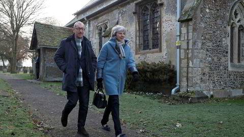 Britenes hardt pressede statsminister Theresa May tok søndag delvis fri fra brexit og prioriterte kirkebesøk sammen med ektemannen Philip i High Wycombe vest for London. Men den politiske krisen gjør at May har avlyst den planlagte turen til økonomitoppmøtet i Davos neste uke.