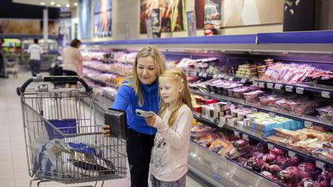 Vivian Hjelmseth og datteren Emma Louise (7) synes det er morsomt med selvskanning når de er på handletur sammen. Mamma jobber selv i butikk og er spent hvordan handelen vil benytte nettvarder i årene som kommer. Foto: