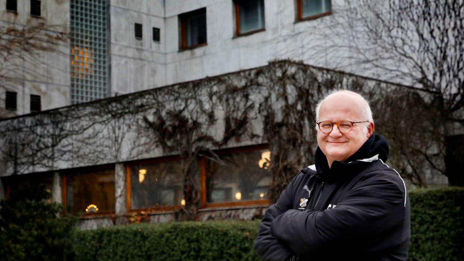 Finn Bjelke havnet i strid med NRK etter og ha tatt med seg navnet «Popquiz» til Radio Vinyl. Journalister bør tenke seg om før de presenterer saker om store som «truer» små, skriver artikkelforfatteren.