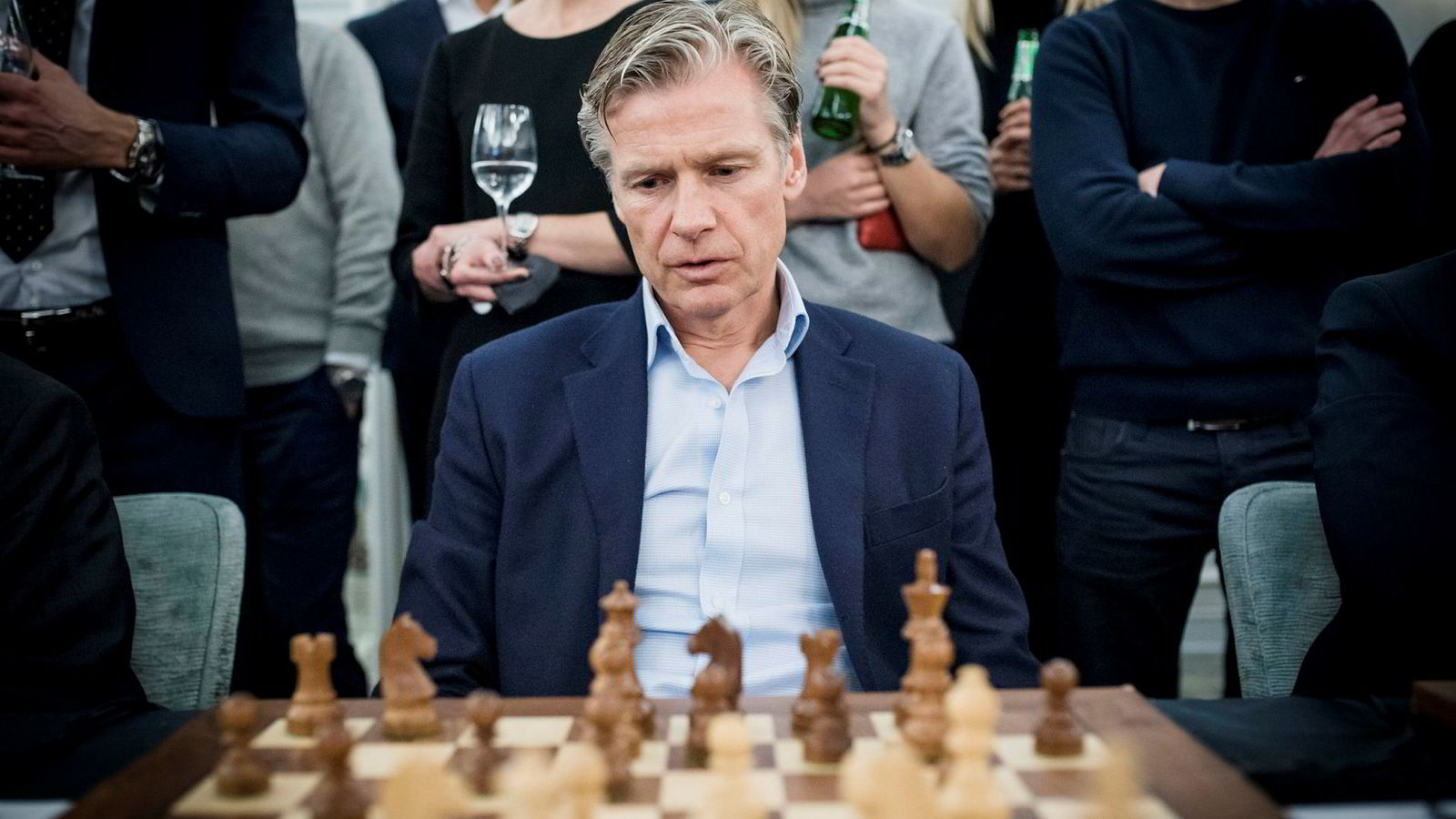Eiendomsinvestor Edgar Haugen har grunn til å juble for resultatene i 2018. Her fra et møte med verdensmester i sjakk, Magnus Carlsen, under et arrangement av Carlsens sponsor Arctic Securities.