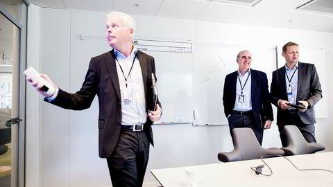 Kommunikasjonsdirektør Thor-Christian Haugland i SR-Bank (til venstre) forsvarer bankens forvaltningshonorarer. Her sammen med bedriftsmarkedssjef Tore Medhus og finansdirektør Inge Reinertsen.
