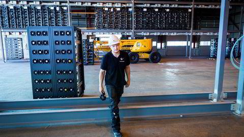 I denne delen av anlegget på Follum skal Kryptovault sette på plass 11.000 maskiner som utvinner kryptovaluta. På bildet er «site manager» Steve Gjefsen.